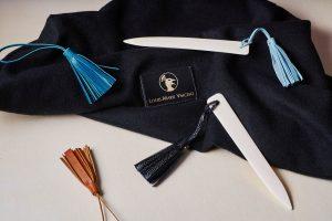 Coupe-papier os et pompons en cuir / Paper knives in bone and leather pompons