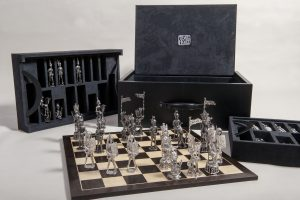 Coffret pour jeu d'échecs en cuir, suédine, sycomore et chêne des marais / Box for chess in leather, suede, sycomore and swamp oak