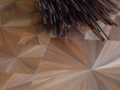Travail en cours. Détail du plateau de la table basse en marqueterie de paille / Work in progress. Detail of the coffee table plate in straw marquetry.